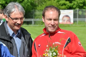 Bernd Marx dankt Trainer Mario Spang