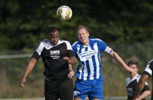 Malick Traoré gewinnt Kopfball gegen Jan Wrobel