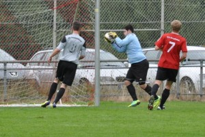 Torwart Tobi Schmitt fängt den Ball