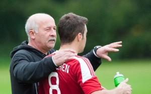 Trainer Erwin Berg gibt Dominik Bosl Anweisungen