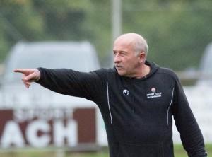 Trainer Erwin Berg gibt Anweisungen
