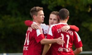Torjubel nach dem 1:0: Torschütze Sven Bader, Assist Basti Jung und Ken Lippert