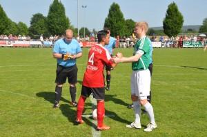 Handschlag der Spielführer Daniel Penth und Sven Gaspers