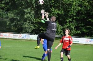 Torwart Alexander Hinz fängt den Ball vor Maxi Paulus