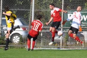 Philipp Beuel wehrt einen Ball von Tobias Anell ab