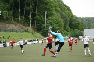 Torwart Ralf Kindermann fängt den Ball vor Marci Herrig