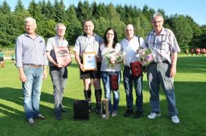 Trainer Heinz Zimmer und Betreuerin Sabine Karl werden verabschiedet