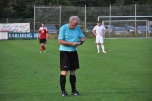 Schiri Bernd Hurth pfeift zur Trinkpause