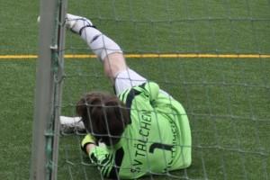 Jan Mayer hält den Ball vor der Torlinie fest