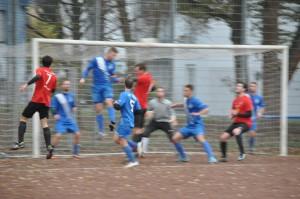 Ein Eckball sorgt für Gefahr im VfL-Strafraum